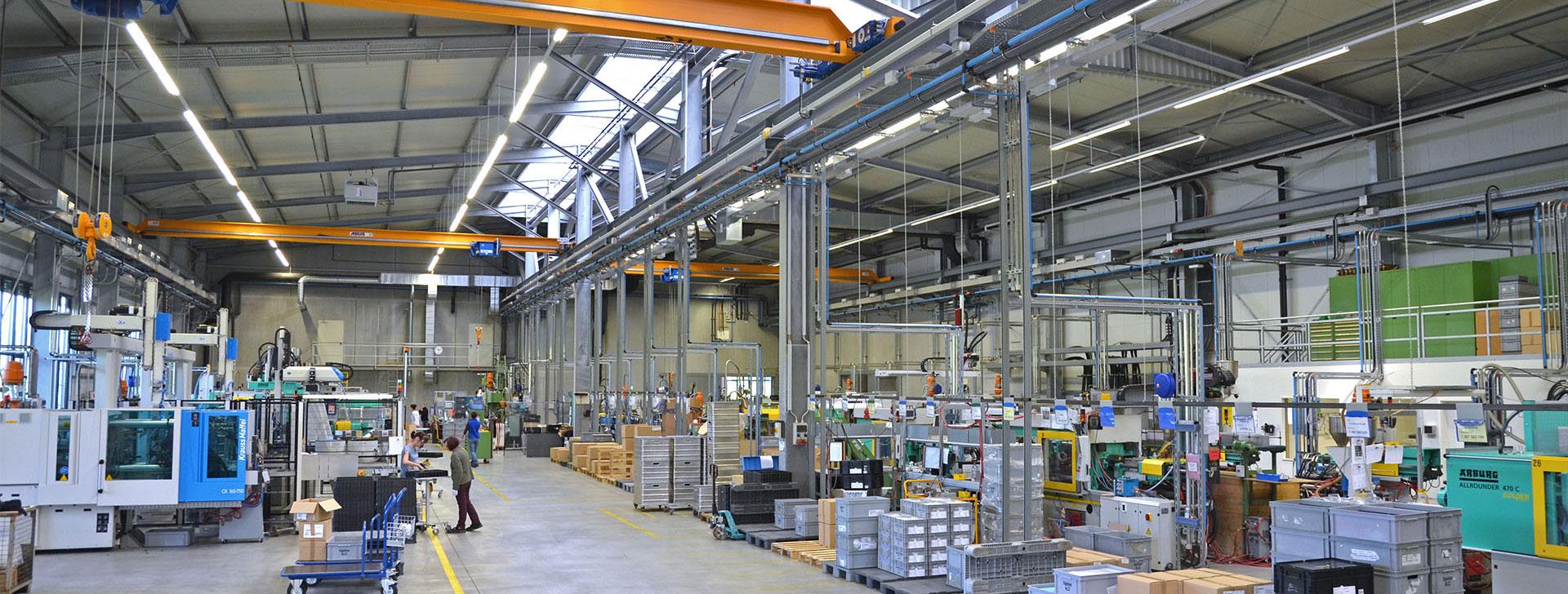 Halle mit Fachwerkbindern in Stahl