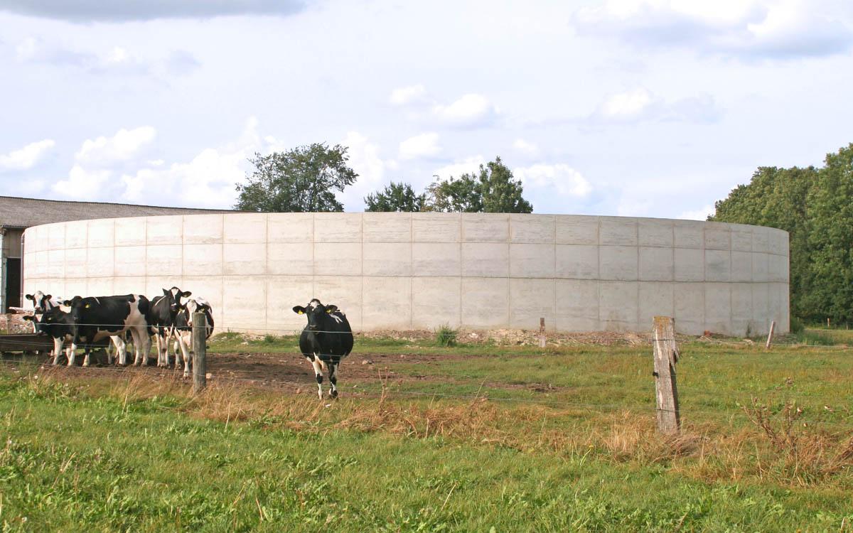 Güllebehälter mit Rinderstall