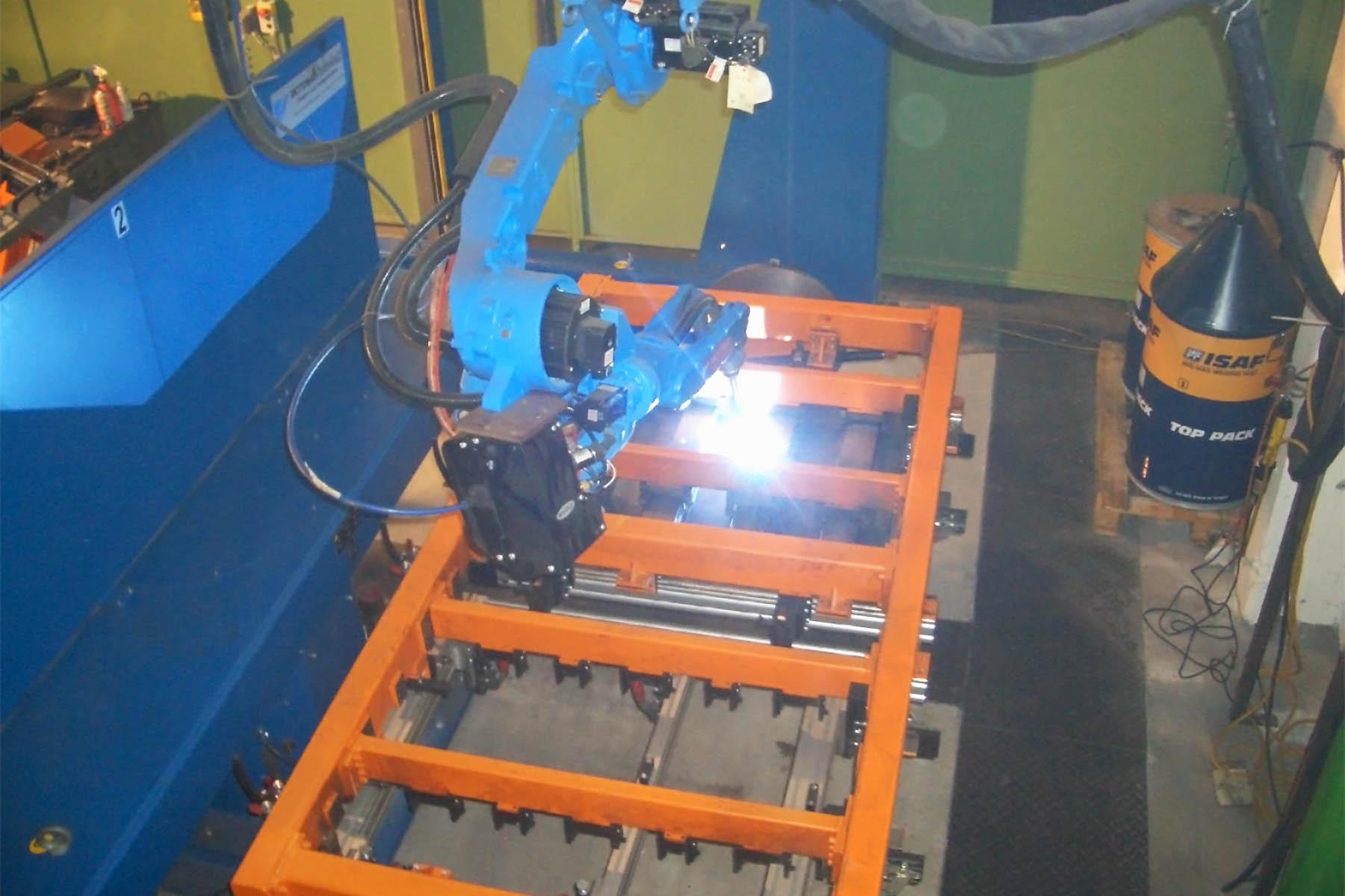 Produktion Behälterschalung mit Schweißroboter