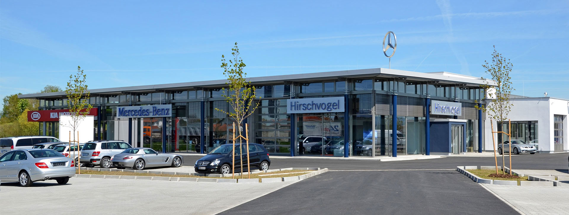 Autohaus mit Pfosten-Riegel Fassade