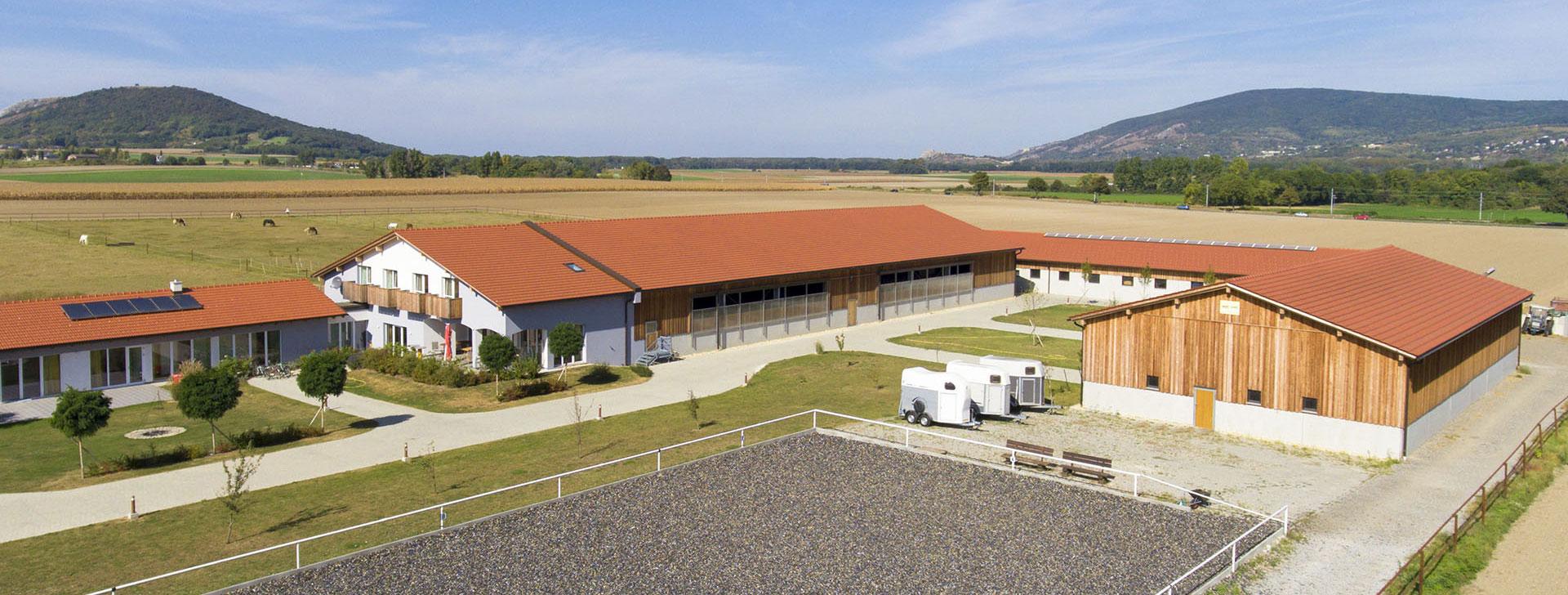 Pferdestall mit Reithalle und Wohnhaus