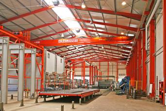 Produktionshalle mit Brückenkran
