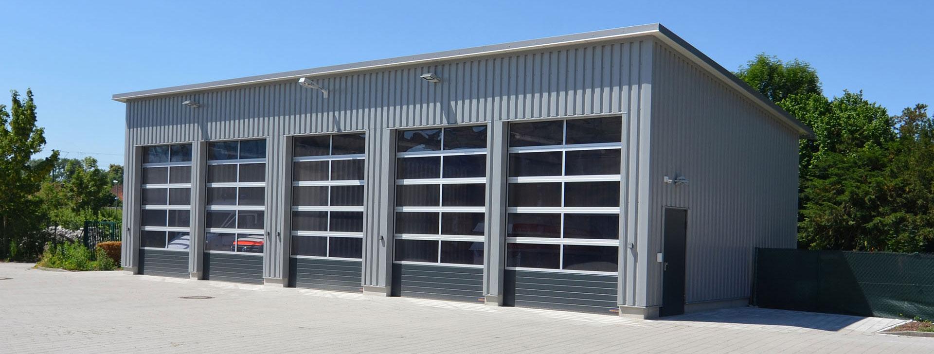 Fahrzeughalle mit Sektionaltoren