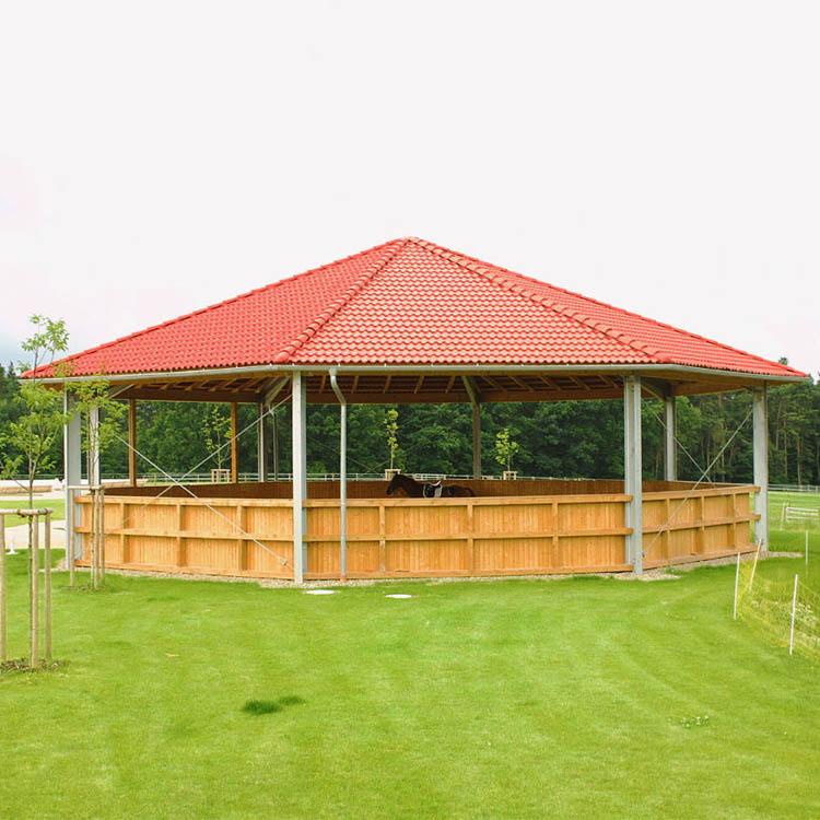 Longierhalle mit Windschutznetz