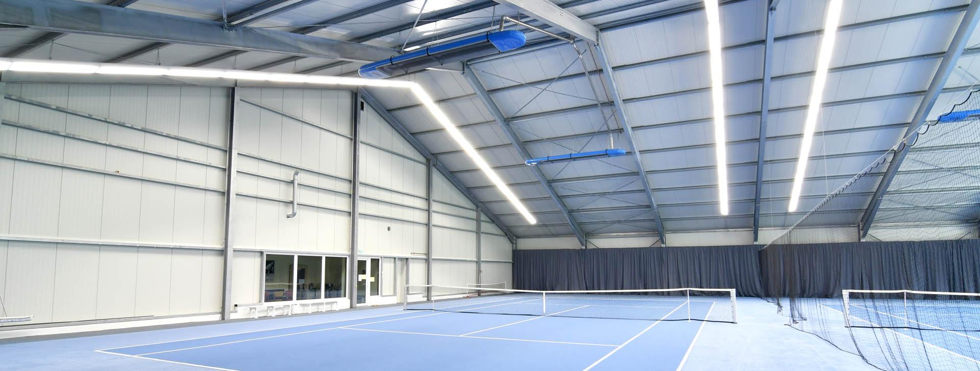 Tennishalle mit Stahlrahmen