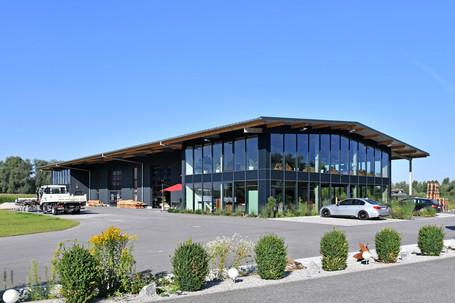 Lagerhalle mit Büro und Glasfassade