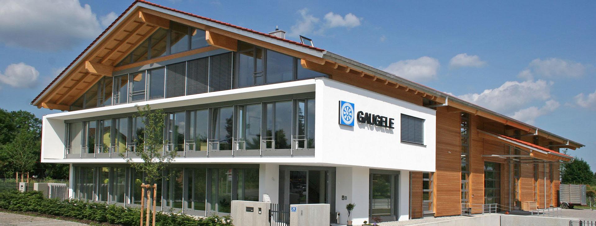 verglastes Bürogebäude mit Holzverkleidung
