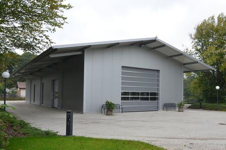 Lagerhalle mit Hubtor und Vordach