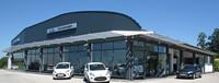 Autohaus mit Sonnenschutz und Glasfassade