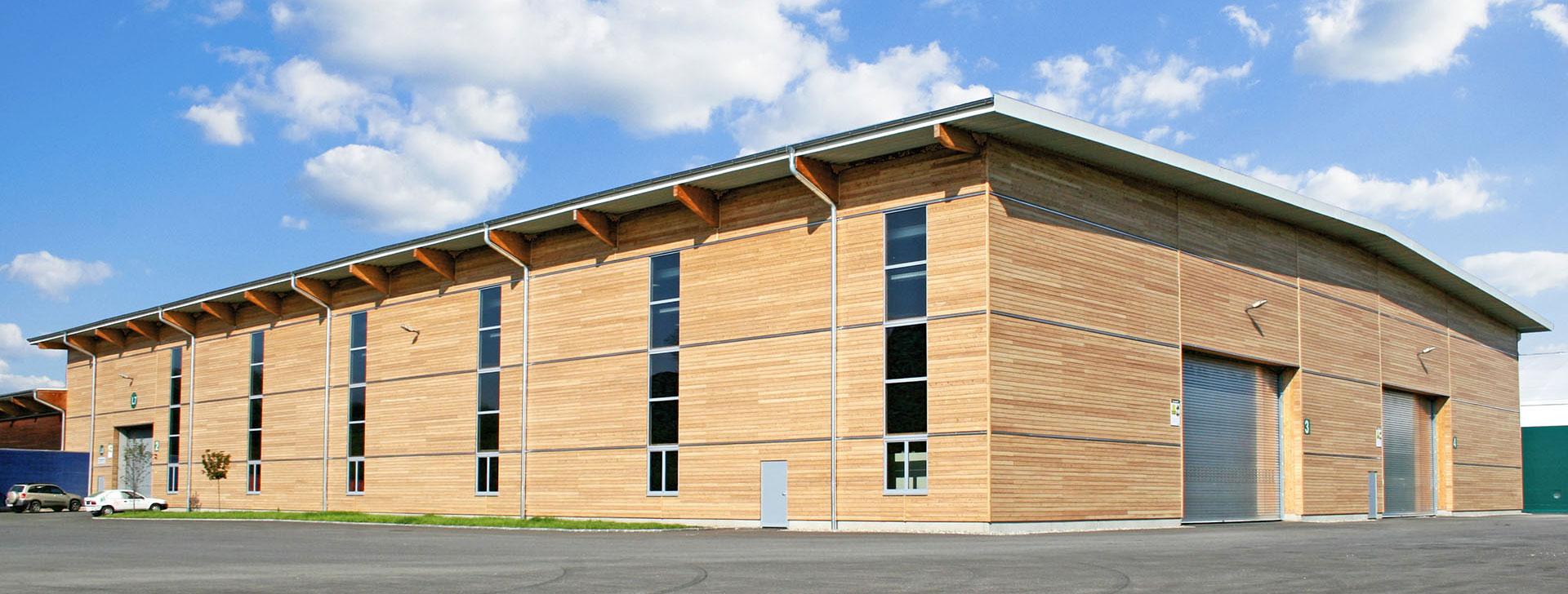 Produktionshalle mit Holzverkleidung
