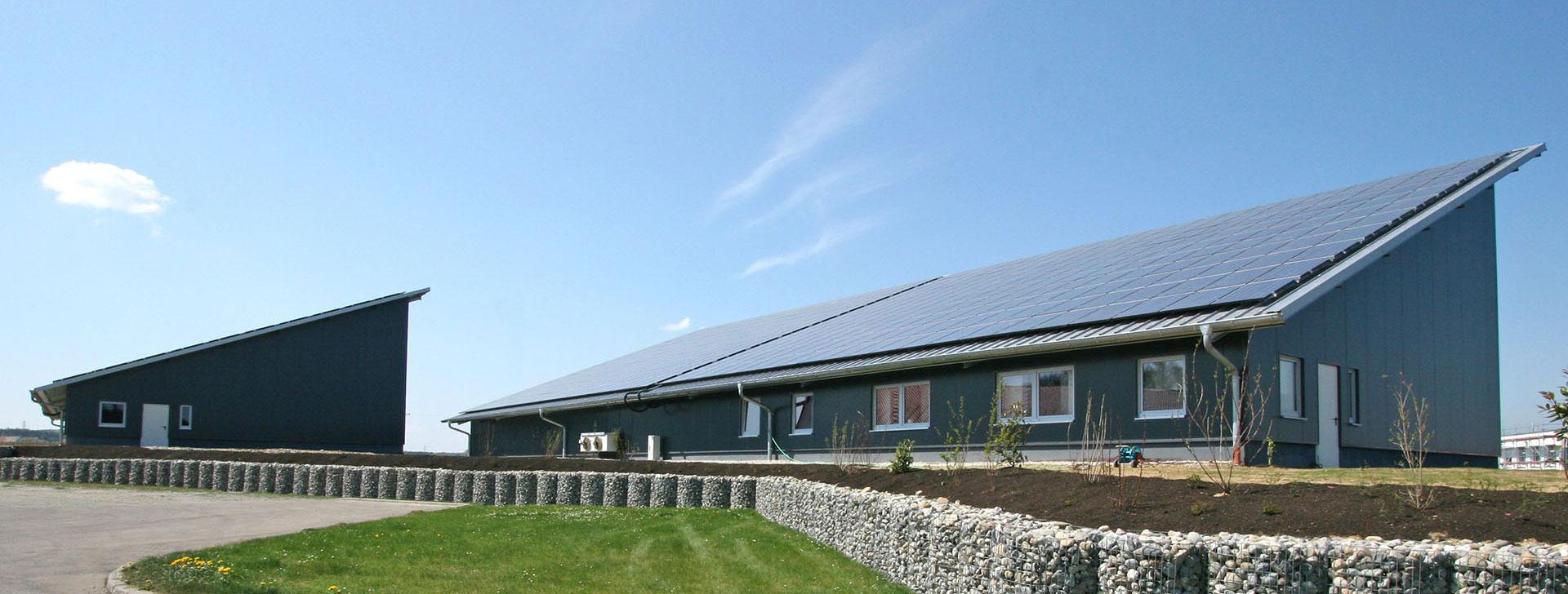 Pultdachhalle mit PV-Anlage